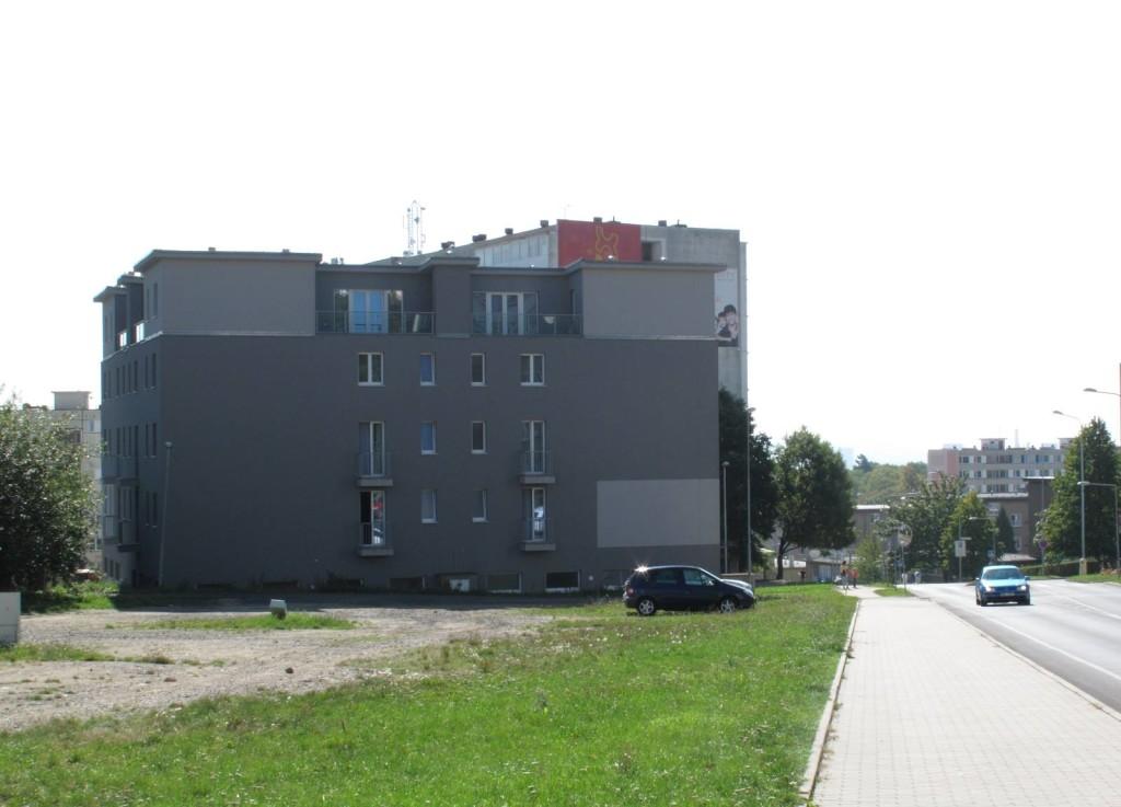 A nyní od chátrajících barabizen do žhavé současnosti. Hotel Lázeňský vrch je patrně první novodobou stavbou ve střední Evropě, které se podařilo být ještě škaredější než vedle stojící paneláky. A tím myslíme ty vybydlené. Škoda, že se vedle nepodařilo realizovat plánovaný sklad, pokud by dopadl stejně, už bychom mohli pošilhávat po zařazení do UNESCO.